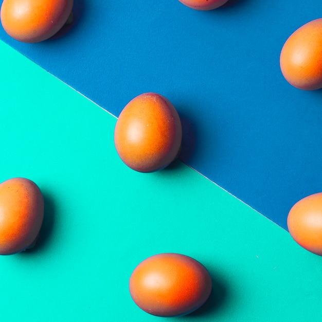 Conjunto de ovos de galinha marrom na placa brilhante Foto gratuita
