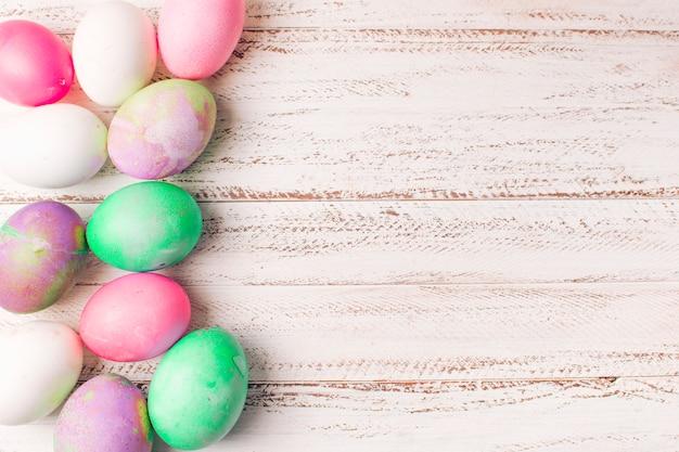Conjunto de ovos de páscoa brilhantes a bordo Foto gratuita