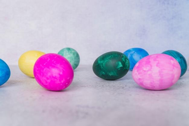 Conjunto de ovos de páscoa brilhantes Foto gratuita