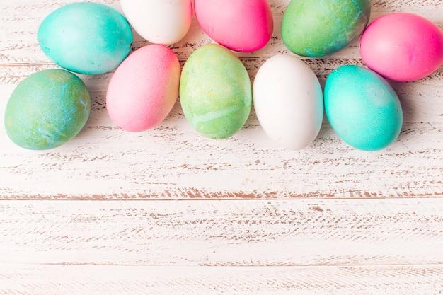 Conjunto de ovos de páscoa coloridos a bordo Foto gratuita