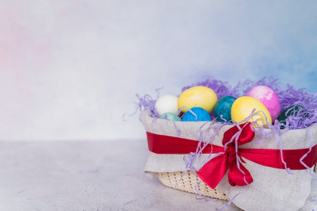 Conjunto de ovos de páscoa na cesta decorada Foto gratuita