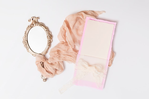 Conjunto de papel e espelho entre têxteis Foto gratuita