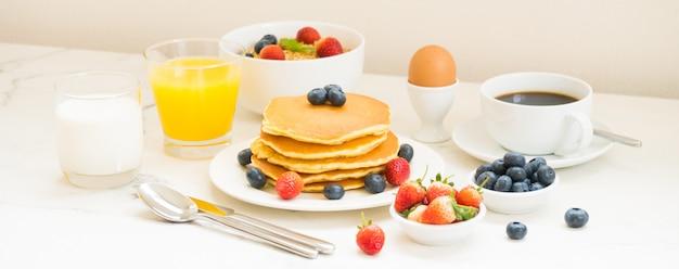 Conjunto de pequeno-almoço saudável Foto gratuita