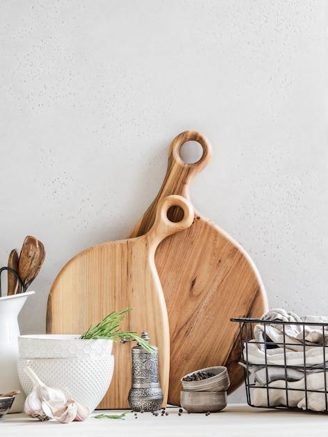 Conjunto de pratos e utensílios de cozinha, conceito de decoração de cozinha para casa, vista frontal, espaço de cópia Foto Premium