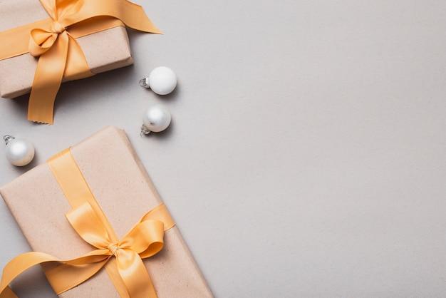 Conjunto de presentes de natal com fita dourada e globos Foto gratuita