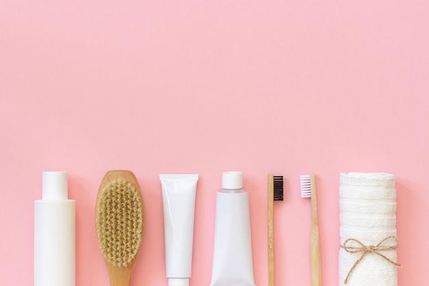 Conjunto de produtos cosméticos de eco e ferramentas para banho ou banho escova de dentes de bambu Foto Premium