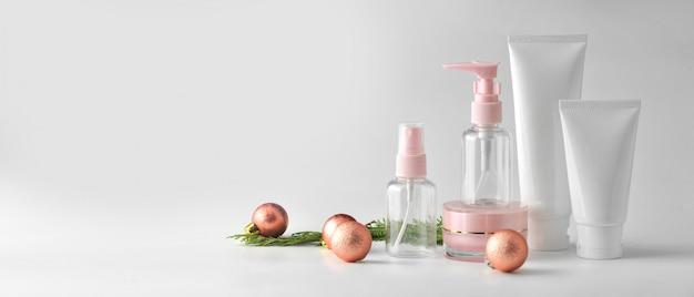 Conjunto de produtos cosméticos em fundo branco. pacote cosmético mock up coleção. Foto Premium