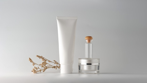 Conjunto de produtos cosméticos em fundo branco. rótulo em branco cosmético para mock-up de marca. Foto Premium