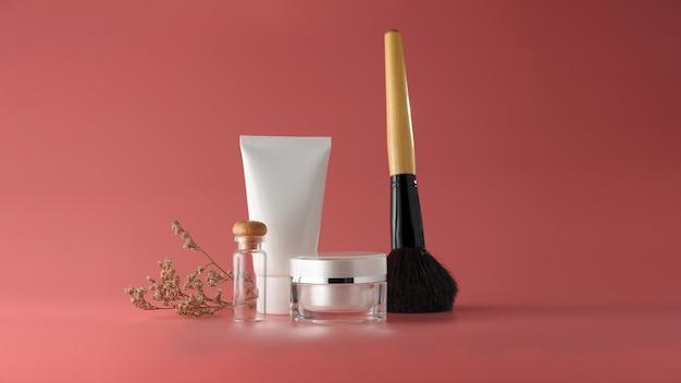 Conjunto de produtos cosméticos em um fundo de cor. Foto Premium