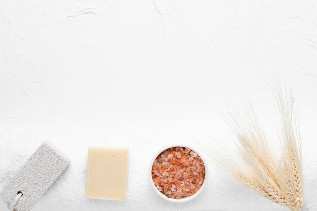 Conjunto de produtos de banho no spa Foto gratuita