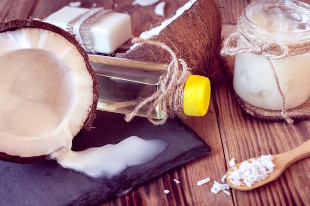 Conjunto de produtos de coco para cuidados com os cabelos e corpo Foto Premium