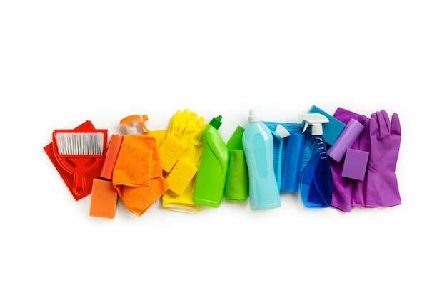 Conjunto de produtos e ferramentas de limpeza de cores do arco-íris isolado no branco Foto Premium