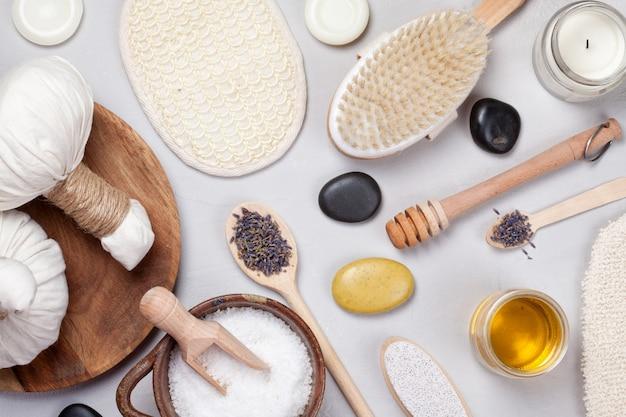 Conjunto de produtos tradicionais spa. conceito natural do cuidado do corpo Foto Premium