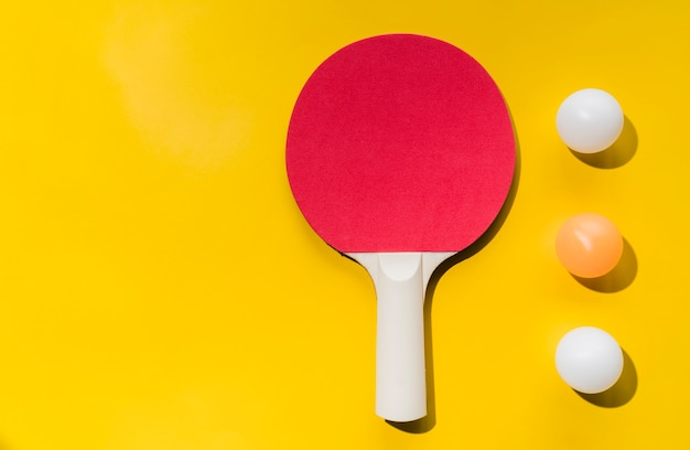 Conjunto de raquete de tênis de mesa e bolas Foto gratuita
