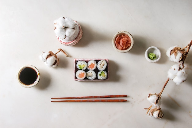 Conjunto de rolo de sushi Foto Premium