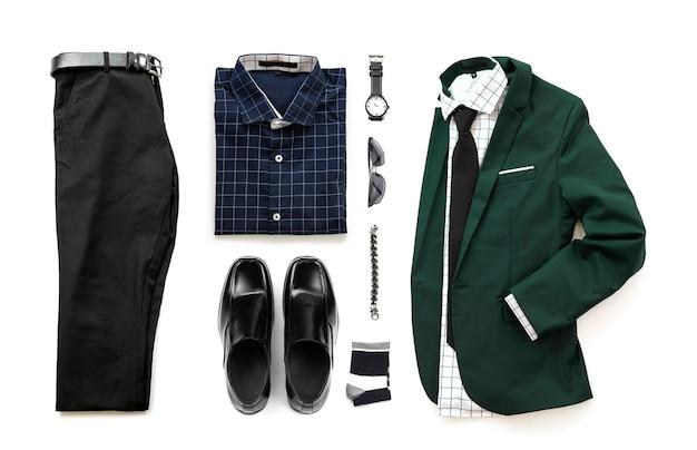 Conjunto de roupas masculinas com sapatos de vadio, relógio, meia, pulseira, camisa de escritório, gravata e terno, cinto de calça isolar em um fundo branco, vista superior Foto Premium