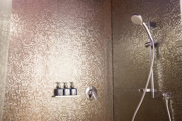 Conjunto de sabonete e xampu no banheiro Foto Premium