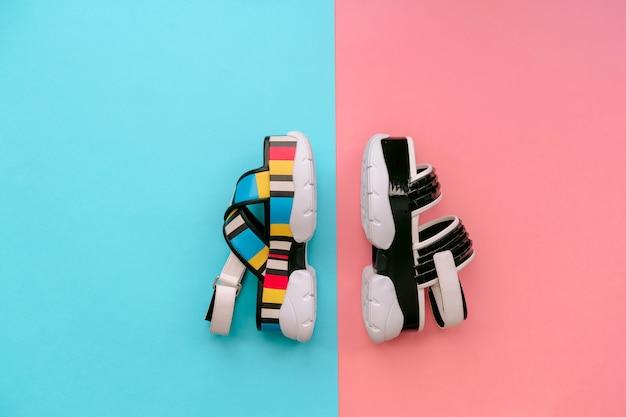 Conjunto de sapatos femininos na moda. sandálias das mulheres multicoloridas na moda de verão na cunha alta na parede azul e rosa. calçado vogu e elegante para meninas modernas. Foto Premium