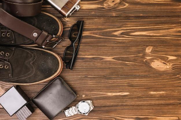 Conjunto de sapatos masculinos perto de acessórios Foto gratuita