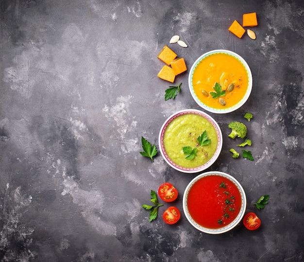 Conjunto de sopas de creme vegetais diferentes Foto Premium