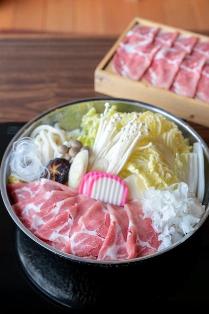 Conjunto de sukiyaki de kurobuta pork Foto Premium