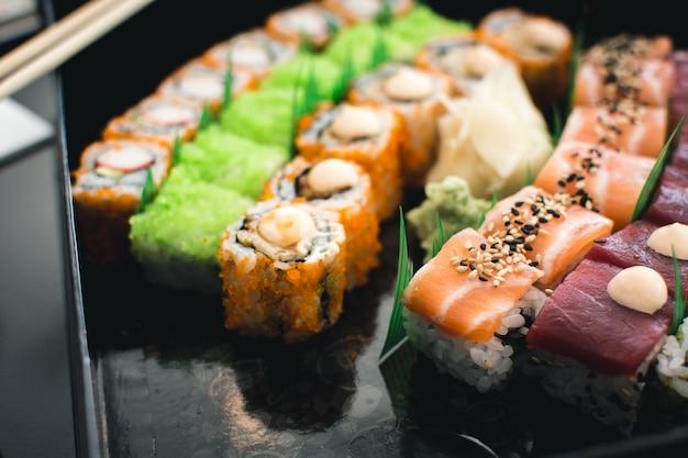 Conjunto de sushi colorido Foto gratuita