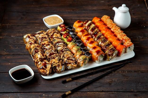 Conjunto de sushi com vários recheios Foto gratuita