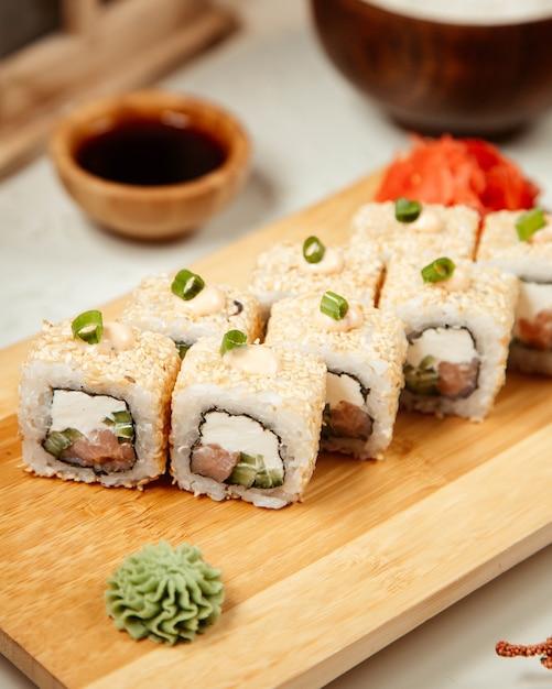 Conjunto de sushi com wasabi e gengibre 7 Foto gratuita