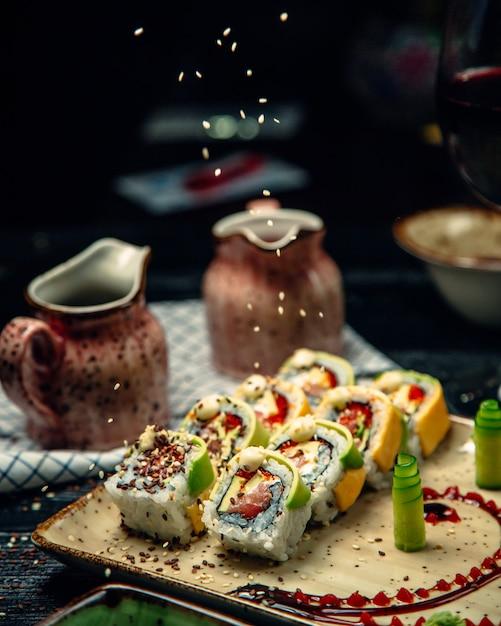 Conjunto de sushi com wasabi e gengibre coberto com gergelim Foto gratuita