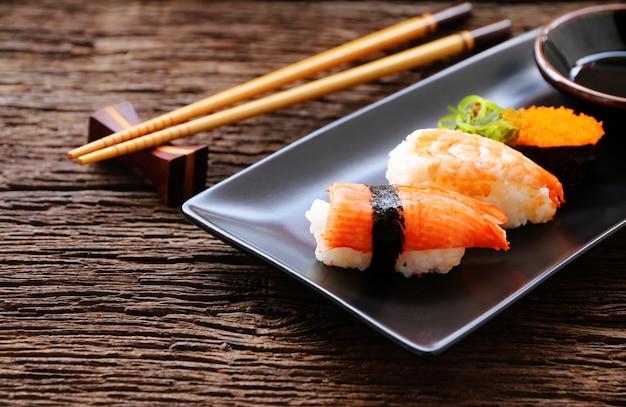 Conjunto de sushi em placa de cerâmica oriental comida japonesa estilo Foto Premium