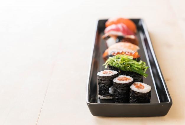 Conjunto de sushi misto Foto gratuita