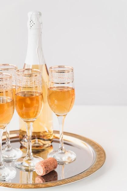 Conjunto de taças de champanhe em uma bandeja Foto gratuita