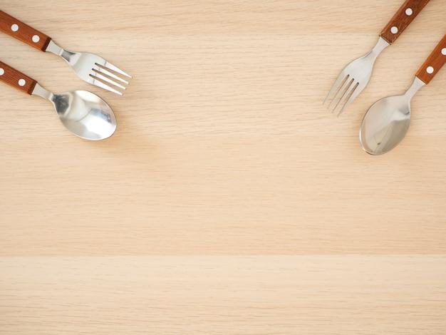 Conjunto de talheres de prata na mesa de madeira Foto Premium