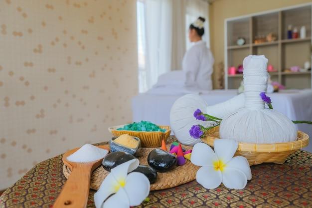 Conjunto de tratamento de spa e massagem com óleo aromático na cama. ambiente tailandês para aromaterapia e massagem com flor na cama, relaxamento e cuidados saudáveis. Foto Premium