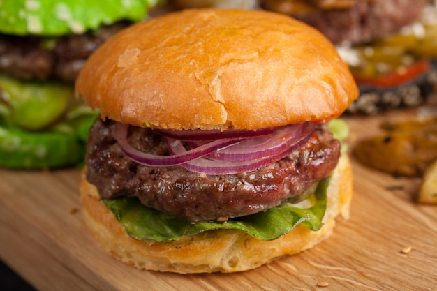 Conjunto de três mini hambúrguer caseiro. Foto Premium