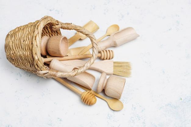 Conjunto de utensílios de cozinha de madeira na superfície de concreto Foto gratuita