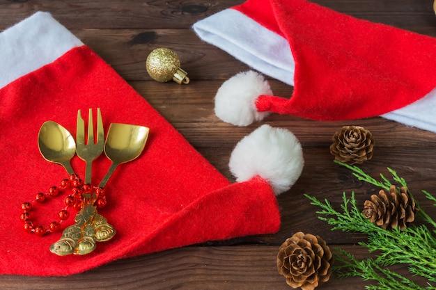 Conjunto de utensílios de mesa de natal, decoração de fundo festivo, vista plana leigo Foto Premium