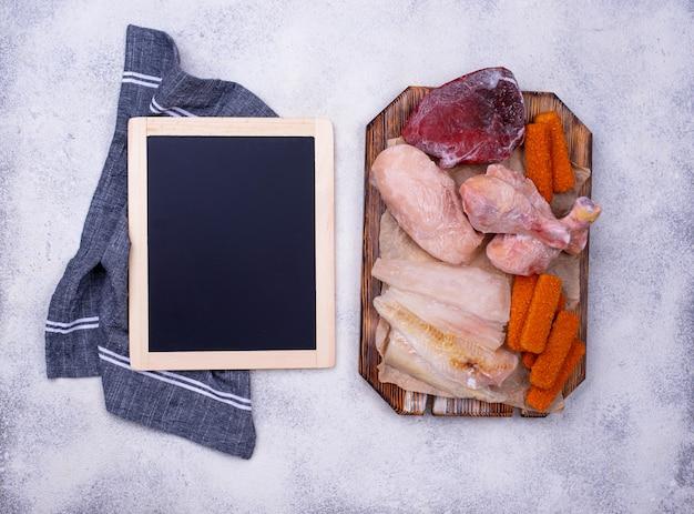 Conjunto de várias carnes e peixes congelados Foto Premium