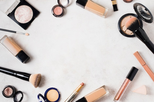 Conjunto de vários produtos para maquiagem na superfície da luz Foto gratuita