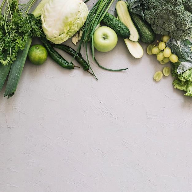 Conjunto de vegetais e frutas verdes Foto gratuita