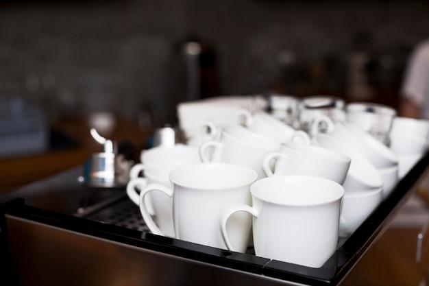 Conjunto de xícara de café branco na bandeja na cafeteria Foto gratuita