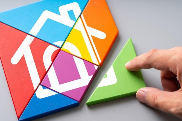 Conjunto habitacional e ícone de conceito em casa no quebra-cabeça colorido Foto Premium