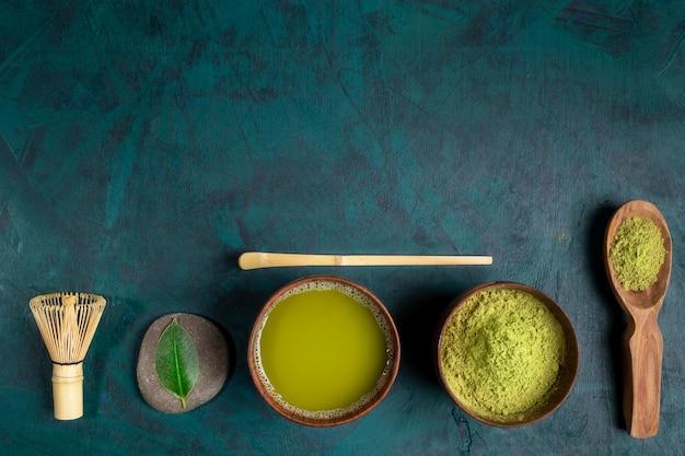 Conjunto para cozinhar chá matcha verde sobre fundo esmeralda. vista do topo. Foto Premium