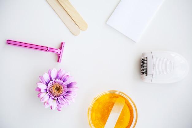 Conjunto para depilação de diferentes meios para depilação em um branco Foto Premium