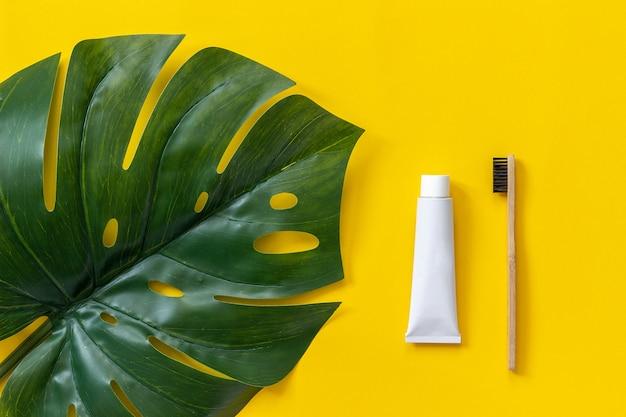 Conjunto para lavagem em papel amarelo. Foto Premium