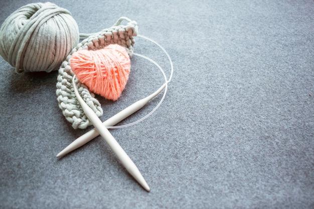 Conjunto para tricotar: agulhas de tricô, fio de algodão com fio Foto Premium
