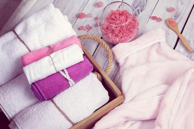 Conjunto rosa de acessórios de balneário para spa Foto Premium
