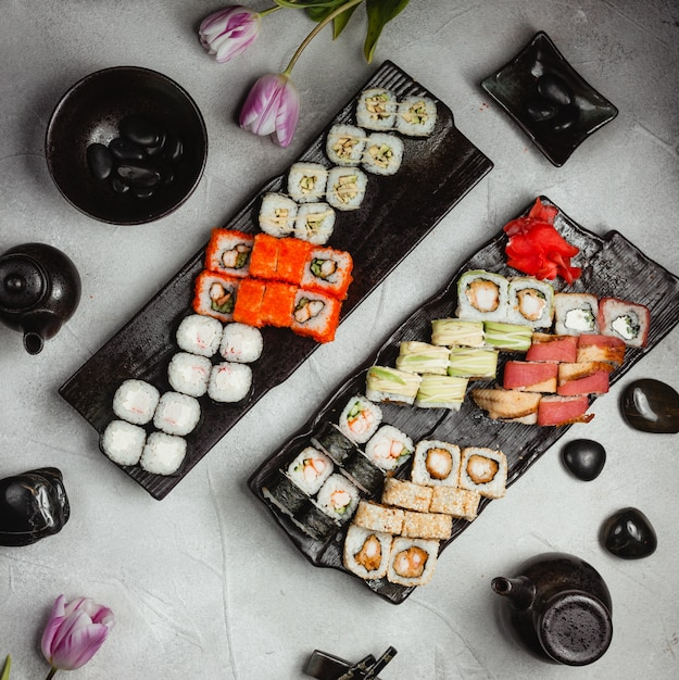Conjuntos de sushi na vista superior da tabela Foto gratuita