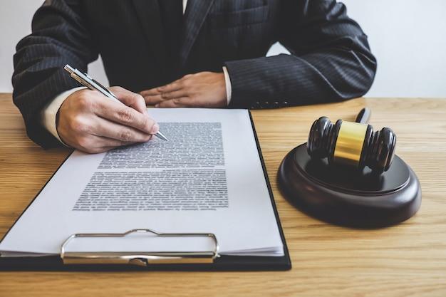 Conselheiro em terno ou advogado trabalhando em um documento no escritório de advocacia no escritório. direito legal Foto Premium