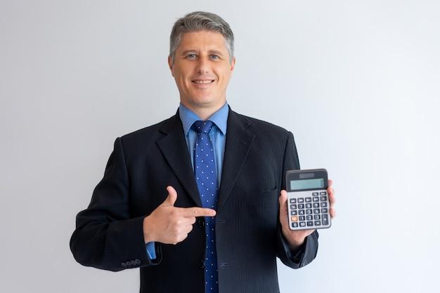 Conselheiro financeiro confiante pronto para ajudar com contabilidade Foto gratuita